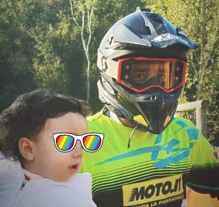 I figli sono i tifosi numeri uno dei loro papà. Anche alle gare in moto!