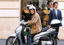 """Raul Bova punta il dito contro Roma: """"Troppe buche per muoversi in scooter"""""""