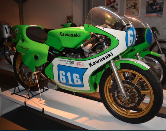 La Kawasaki KR con due cilindri in tandem è stata realizzata in versioni di 250 e di 350 cm3. Apparsa nel 1975, questa moto ha vinto otto mondiali tra il 1978 e il 1982. Nella foto si notano chiaramente le ruote a sette razze