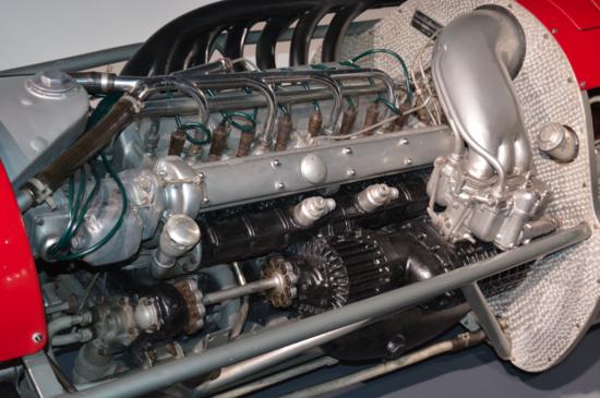 3-Le ultime Alfa Romeo da GP a 8 cilindri in linea erano sovralimentate mediante due compressori Roots, ben visibili in questa immagine, per il cui azionamento erano necessari ben 135 cavalli. Il motore aveva una cilindrata di 1500 cm3 e una potenza dell'ordine di 420 CV a 9300 giri/min