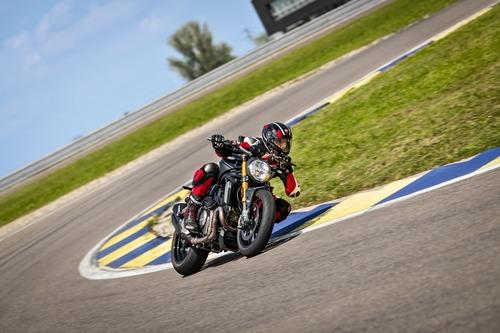 """Ducati Monster 1200S: """"Black on Black"""" (e rossa) per il 2020 (3)"""