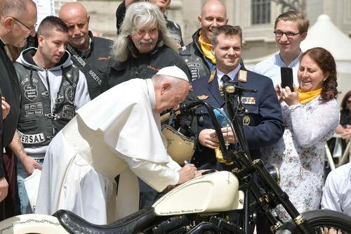 Harley Davidson White Unique: la moto donata al Papa all'asta per beneficenza (6)