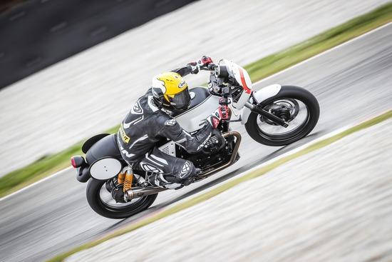 In sella alla Moto Guzzi V7 III preparata per il trofeo Fast Endurance