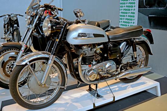 """La Norton Dominator è stata per diversi anni il modello di punta della casa inglese. Dotata del famoso telaio """"Featherbed"""" dal 1952, una decina di anni dopo è stata prodotta anche nella cilindrata di 650 cm3 ed è stata la diretta progenitrice della Atlas di 750 cm3 (poi sostituita dal famoso Commando)"""