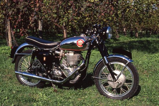 La BSA Gold Star è stata una delle più classiche realizzazioni della scuola inglese e probabilmente una delle più belle monocilindriche mai costruite. La versione DBD 34, visibile in questa foto, costituiva il punto finale di una serie di modelli mai riprogettati realmente ma sempre perfezionati. Robusta e in grado di fornire ottime prestazioni, è uscita di produzione al termine del 1963