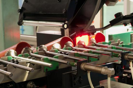 Oltre alle lavorazioni, nelle moderne linee di produzione anche i controlli sono largamente automatizzati (alcuni addirittura hanno luogo mentre i componenti vengono lavorati!). La foto mostra una verifica geometrica delle valvole presso uno stabilimento della Eaton