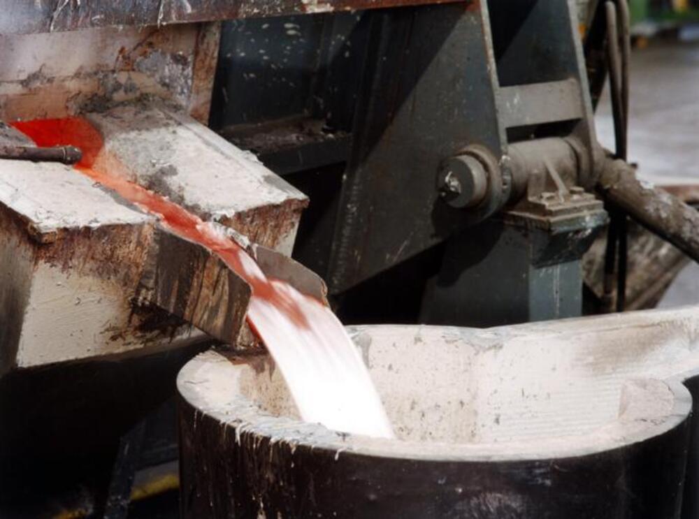 La lega di alluminio liquido viene versata per immetterla nello stampo metallico (cioè nella conchiglia)