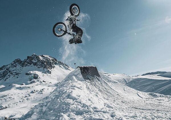 Video. Freestyle con la moto elettrica... sulla neve!