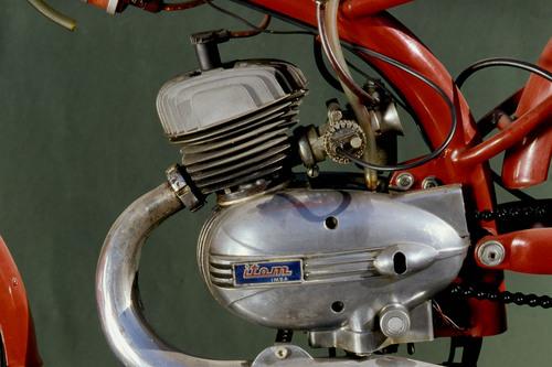 Il motore della Itom 50 era un monocilindrico a due tempi di schema classico, ottimamente studiato e realizzato. Il preselettore era esterno, sul lato destro, dato che il ciclomotore era nato col comando del cambio al manubrio. IMSA sta per Industria Meccanica Sant'Ambrogio