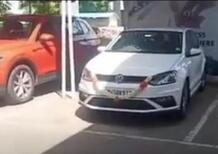 Gioioso Ritiro nuova VW 2020 con festa: fiocchi, ciocco e capottata [video crash new car]