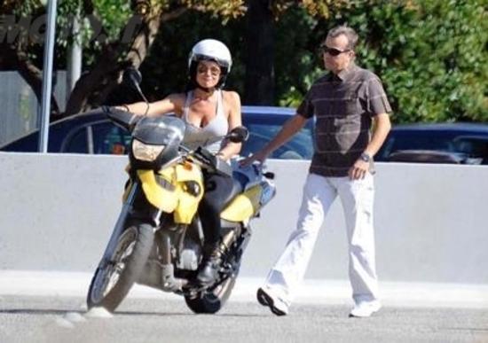 Nicole Minetti prende la patente della moto. Ecco la sua prova pratica