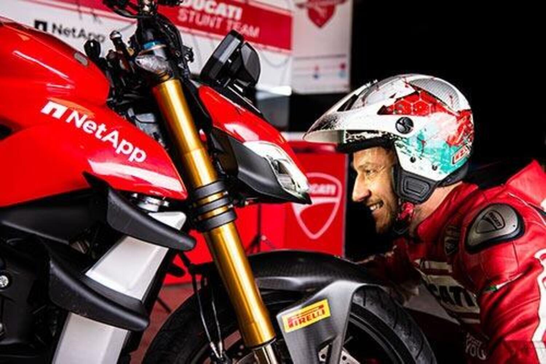 Lo stuntman (e pilota) che tira il collo alla Ducati Streetfighter S V4