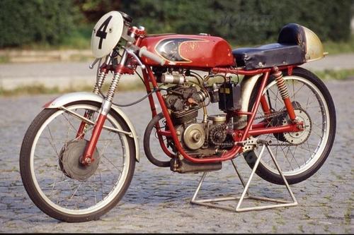 La prima Demm bialbero, a cinque marce, è scesa in gara nel 1961, vincendo il campionato italiano della montagna nella sua classe