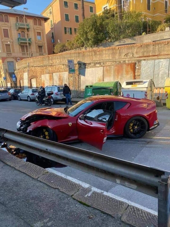 Genova: addetto dell'autolavaggio si schianta con la Ferrari del calciatore Marchetti [FOTOGALLERY]