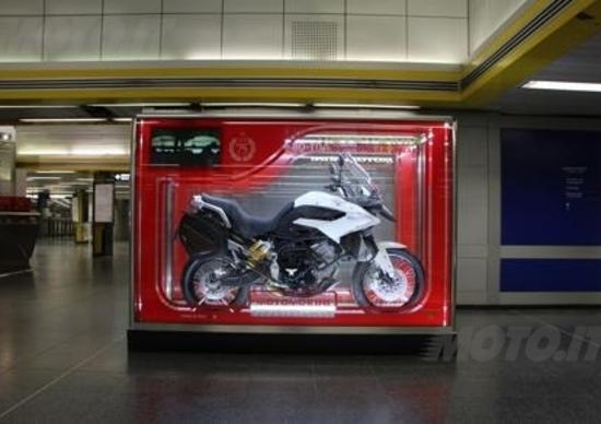 Moto Morini espone il giocattolo Granpasso all'aeroporto di Linate