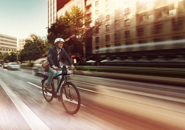 E più salutare la bici elettrica o quella tradizionale?