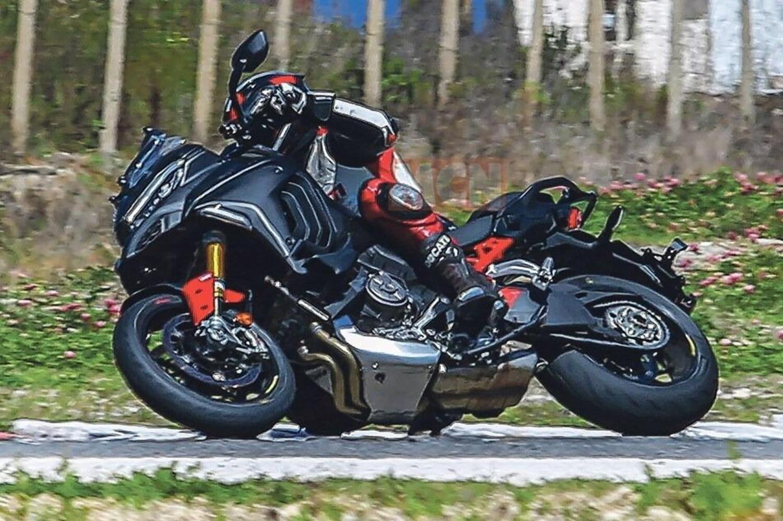 La Ducati Multistrada V4 2022 piega forte in pista [foto spia]