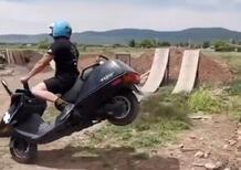 Scooter fun: l'Honda CN250 non sarà il re dell'estetica, ma sa anche volare [VIDEO]