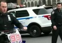 Il poliziotto e la moto sequestrata: una storia nata male e finita peggio [VIDEO VIRALE]