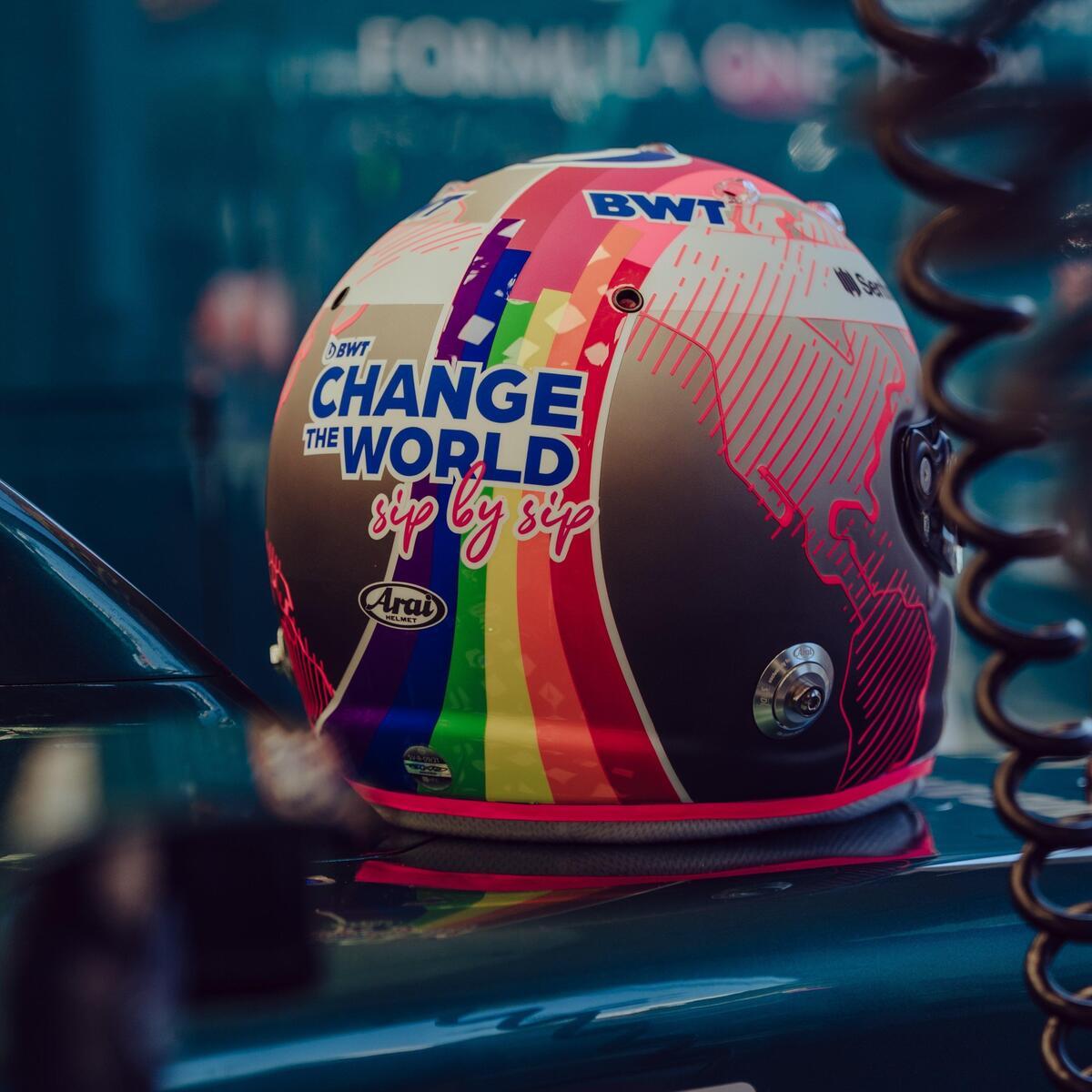 F1, Sebastian Vettel in Ungheria con il casco arcobaleno a sostegno della  comunità LGBTQ+ - Formula 1 - Automoto.it