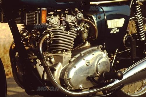 La Triumph Trident 750 è stata una delle moto di prestazioni più elevate della sua epoca. Il motore a tre cilindri in linea aveva la distribuzione ad aste e bilancieri.