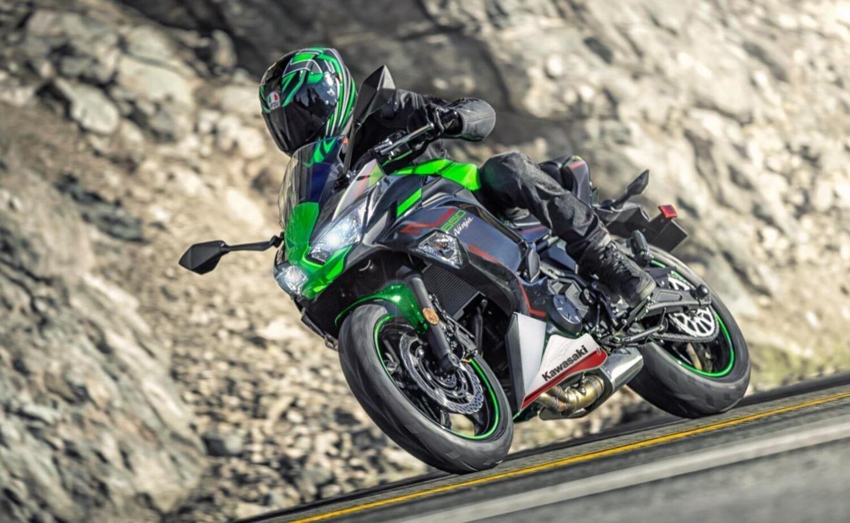 """Kawasaki Ninja 650, le nuove colorazioni 2022 e la """"Performance"""""""