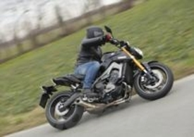 La Yamaha si dimostra più facile e intuitiva della MV Agusta. E comunque molto agile