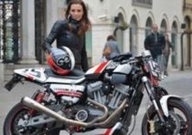 La passione per la moto sposa lo stile e la sicurezza