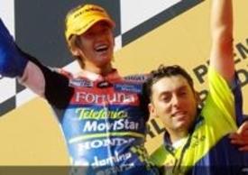Kato festeggia sul podio dell'Estoril con il capotecnico Fabrizio Cecchini