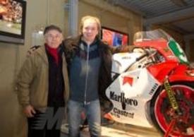 Luca Cadalora a fianco della sua YZR