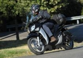 Il nuovo scooter Yamaha è elegante e ben fatto, e stilisticamente ha una sua identità, in particolare nello stile dell'avantreno dai due grossi occhioni di famiglia