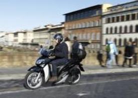 """Il nuovo """"peso leggero"""" di Yamaha (è accreditato di 142 kg col serbatoio pieno), favorito anche da un buon angolo di sterzata, si è mostrato subito perfettamente a suo agio non solo nel traffico di un soleggiato sabato fiorentino, ma anche in tangenziale e lungo i tratti collinari"""