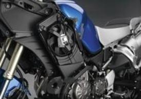 Il radiatore è montato sul fianco sinistro della moto per risparmiare spazio nella zona dell'avantreno