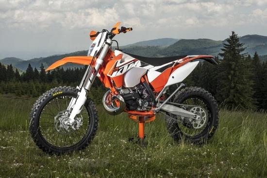 KTM 5 stelle: 500 Euro di buono abbigliamento o accessori per chi acquista una SX o EXC