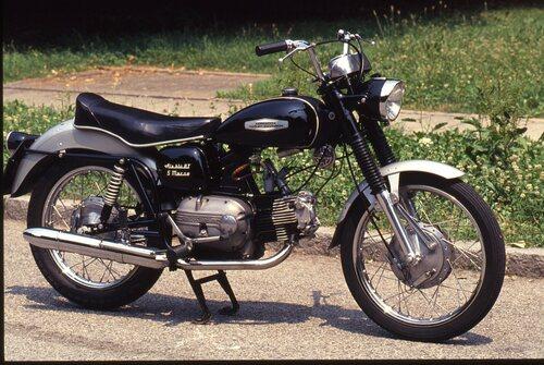 L'Ala Blu GT, comparsa nel 1967, era una divertente e robusta tuttofare, in grado di fornire ottime prestazioni in rapporto alla cilindrata. Il suo monocilindrico con distribuzione ad aste e bilancieri erogava 18 cavalli a 6750 giri/min