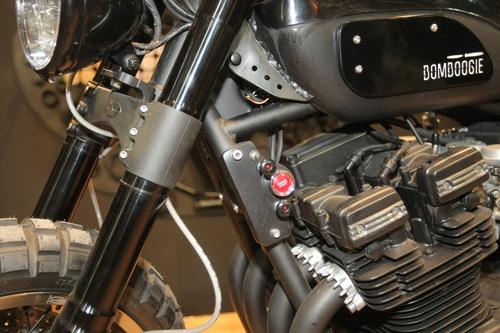 L'avviamento a pulsante della special Yamaha XJR 1300 Bomboogie
