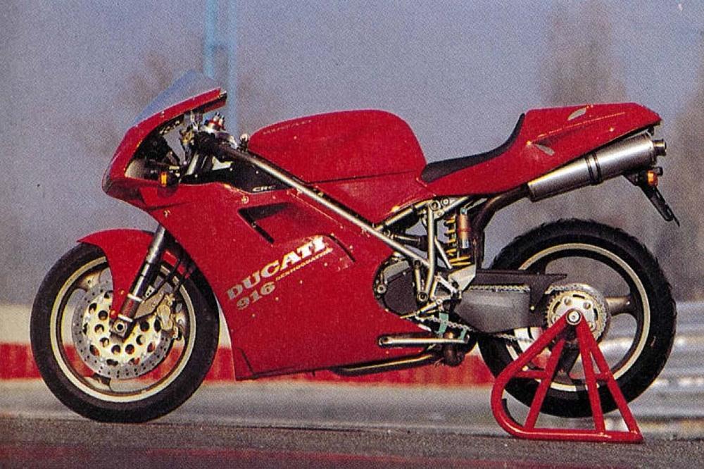 La Ducati 916 fotografata sul circuito di Misano, dove venne presentata alla stampa