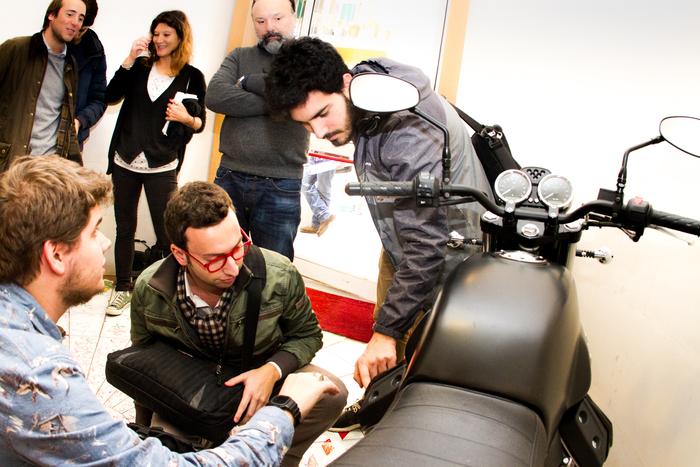 Gli studenti dello IED preparano la tesi di laurea. Protagonista una delle moto di italiane di maggiore successo, la Moto Guzzi V7