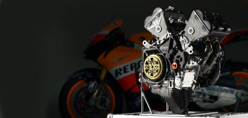 Gli schemi tecnici adottati per i modelli di serie più spinti sono analoghi a quelli utilizzati per le MotoGP (in foto il V4 della Honda RC213V). Il regolamento pone un limite all'alesaggio massimo che è possibile adottare in questi ultimi e quindi anche le misure caratteristiche sono simili