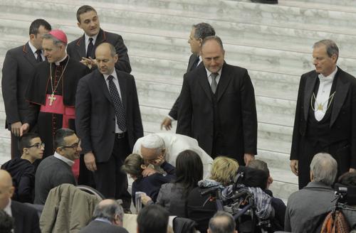 Papa Francesco bacia un piccolo fedele