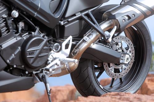 Silenziatore di serie e pedane possono essere sostituiti da optional del catalogo BMW Motorrad