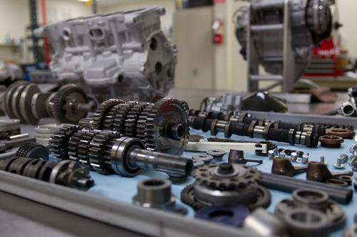 Cambi e parti interne pronte al montaggio su un motore da competizione
