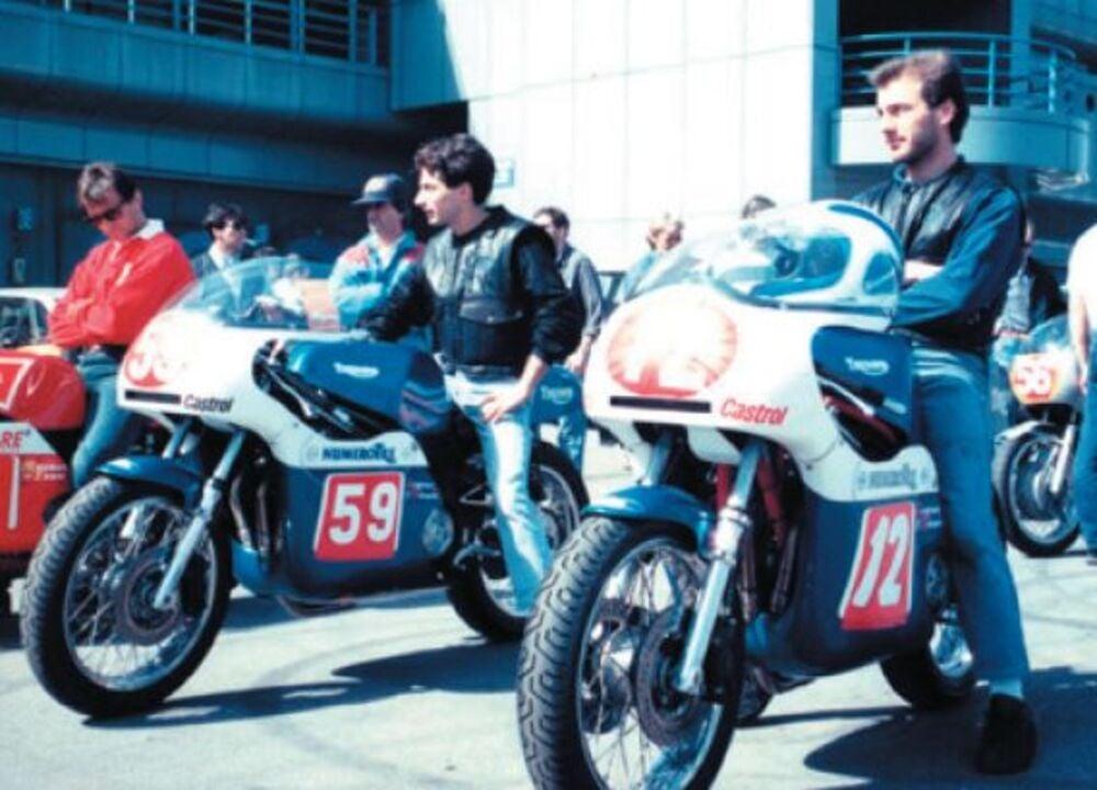 Enrico Pettinari (al centro) e il fratello Carlo (a destra) in sella a due stupende Triumph Daytona 750 da corsa