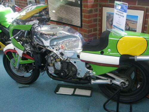La Kawasaki 500 con quattro cilindri in quadrato non ha avuto la fortuna che avrebbe meritato. Il motore era in pratica costituito dall'unione di due bicilindrici in tandem KR 250, all'epoca vincenti nella loro classe