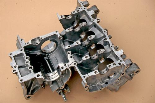 Semibasamento superiore di un moderno motore Honda CBR, rovesciato. La bancata dei cilindri è integrata nella stessa fusione. Si possono ben notare i cinque supporti di banco, muniti di bronzine