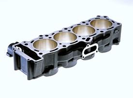 In questo blocco cilindri della Yamaha R1 del 2004, con struttura closed-deck e vano per la catena di distribuzione collocato lateralmente, si può apprezzare il ridottissimo spessore della parete che separa le canne contigue