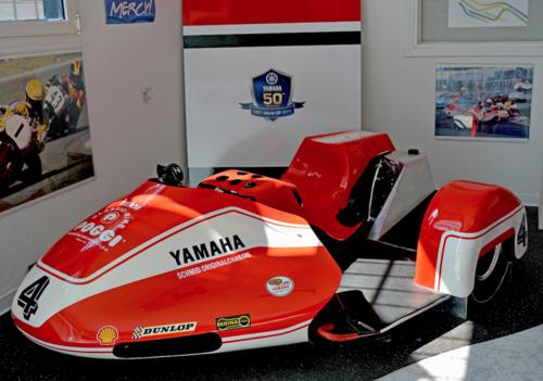 Sidecar da competizione con telaio Schmid e motore Yamaha fotografato al museo Poggi di Castenaso. È decisamente moderno ma prevede ancora che il passeggero compia ampi spostamenti, sporgendosi davanti alla terza ruota