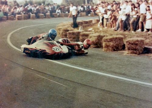 La coppia Donati-Sonaglia in azione alla Alberi-Montaione del 1980. Per i sidecar, ormai tutti con motore a due tempi, è già in atto un profondo rinnovamento tecnico