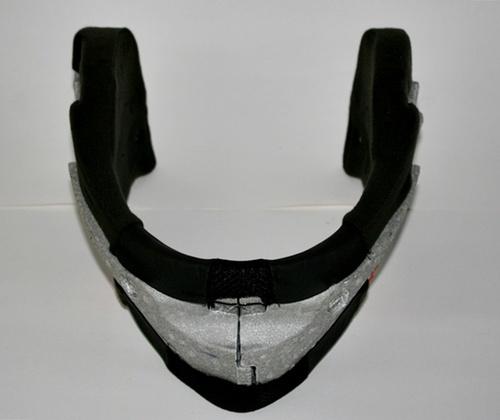 Il polistirolo laterale e frontale sull'interno della mentoniera