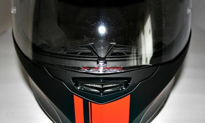 La presa d'aria sulla mentoniera del casco